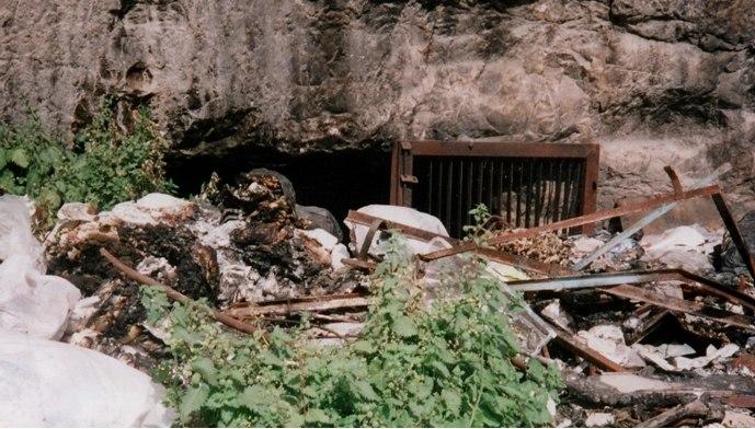 פתח אחת ממערות הגניזה כפי שצולם בשנת 1995