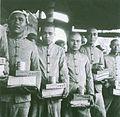 和平村的戰俘獲發日用品.jpg