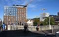 2018-11-01, Neubau der Volksbankzentrale in Freiburg, Blick von der Stühlingerbrücke mit Intercityhotel.jpg