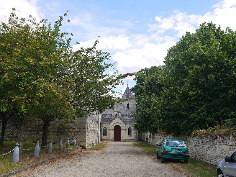 Allée menant à l'église Saint-Clair.
