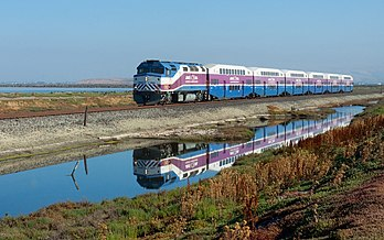 L'Altamont Commuter Express traversant le Don Edwards San Francisco Bay National Wildlife Refuge, entre Fremont et San José (Californie). (définition réelle 2 931 × 1 832)