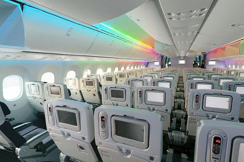 Asientos de la clase turista del Boeing 787 Dreamliner, en disposición 2-4-2. Pueden verse las ventanillas, diseñadas para mejorar la visión por parte de los pasajeros: son un 40% más grandes que las de aviones de características similares.