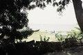 ASC Leiden - van Achterberg Collection - 03 - 61 - Vue sur les rives du fleuve Niger avec des femmes faisant le blachissage et un grand bateau - Ségou, Mali - novembre-décembre 1993.tif
