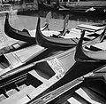 Aangemeerde gondels in Venetië, Bestanddeelnr 254-2027.jpg