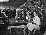 Aankomst Hare Koninklijke Hoogheid Prinses Beatrix op Schiphol uit Amerika, Hare, Bestanddeelnr 910-6937.jpg