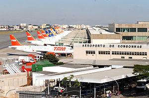 Português: São Paulo - Aviões comerciais pousa...