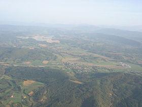Aigues-Vives au premier plan, Léran au second plan et le barrage de Montbel au fond