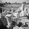 Archeologische vondsten, waaronder beeldhouwwerk en delen van zuilen, opgesteld , Bestanddeelnr 255-1464.jpg