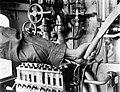 Arm van een machinist die de machinerie bedient, Bestanddeelnr 252-1035.jpg