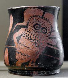 Oinochoe raffigurante la sfilata di un gufo armato durante la celebrazione delle Antesterie (410–390 a.C.).