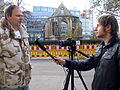 Aushub per Bagger 1m Alter St. Nikolai-Friedhof Nikolaikapelle Hannover, 25b TV-Interviewer von hannovernews.tv. der Betreibergesellschaft RegioOnline mbH.JPG
