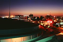 Bakersfield skyline at nicht wi the Rabobank Arena in the foregrund.