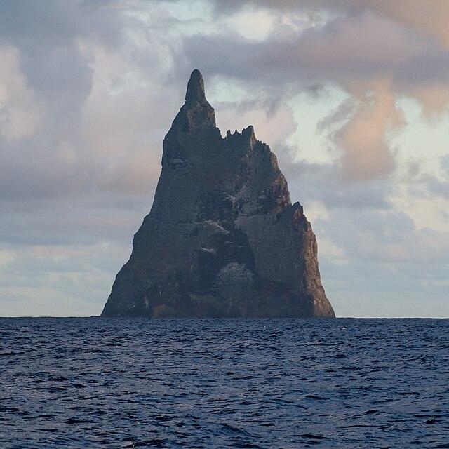https://upload.wikimedia.org/wikipedia/commons/thumb/6/60/Ball%27s_Pyramid_North.jpg/640px-Ball%27s_Pyramid_North.jpg