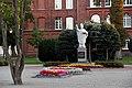 Bartoszyce. Pomnik św. Brunona z Kwerfurtu. W tle budynek LO im. Stefana Żeromskiego. - panoramio.jpg