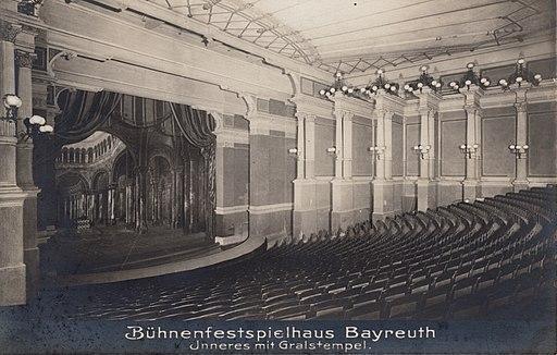 Bayreuth Festspielhaus mit Gralstempel