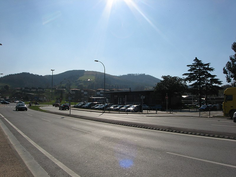 Les ventas espagnoles vues de Irun (Espagne), à environ 100 mètres du pont de la D810 sur la Bidassoa faisant frontière avec Urrugne dans les Pyrénées-Atlantiques (France). Vue vers le sud-est.