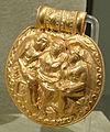 Bulla d'oro con afrodite tra atunis (adone) ed eros, da vulci, 350 ac ca..JPG