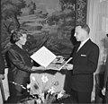 Bundesarchiv B 145 Bild-F015057-0009, Bonn, UN-Kommissar Kados überreicht Schallplatte.jpg