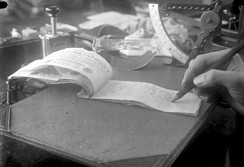 One-million mark notes used as notepaper, October 1923 Bundesarchiv Bild 102-00193, Inflation, Ein-Millionen-Markschein.jpg
