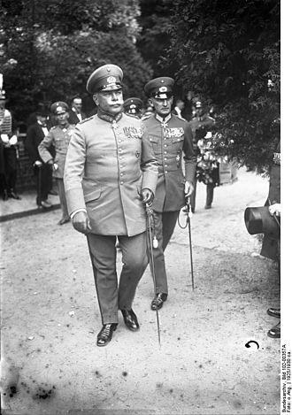 Erwin von Witzleben - Witzleben (r.) with Reichswehr Generaloberst Wilhelm Heye, c. 1930