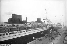 """Bundesarchiv Bild 102-09293, Bremerhaven, Schiffe """"Bremen"""" und """"Europa"""".jpg"""
