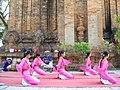 Các cô gái Chăm trong đội vũ công Phan Rang.JPG