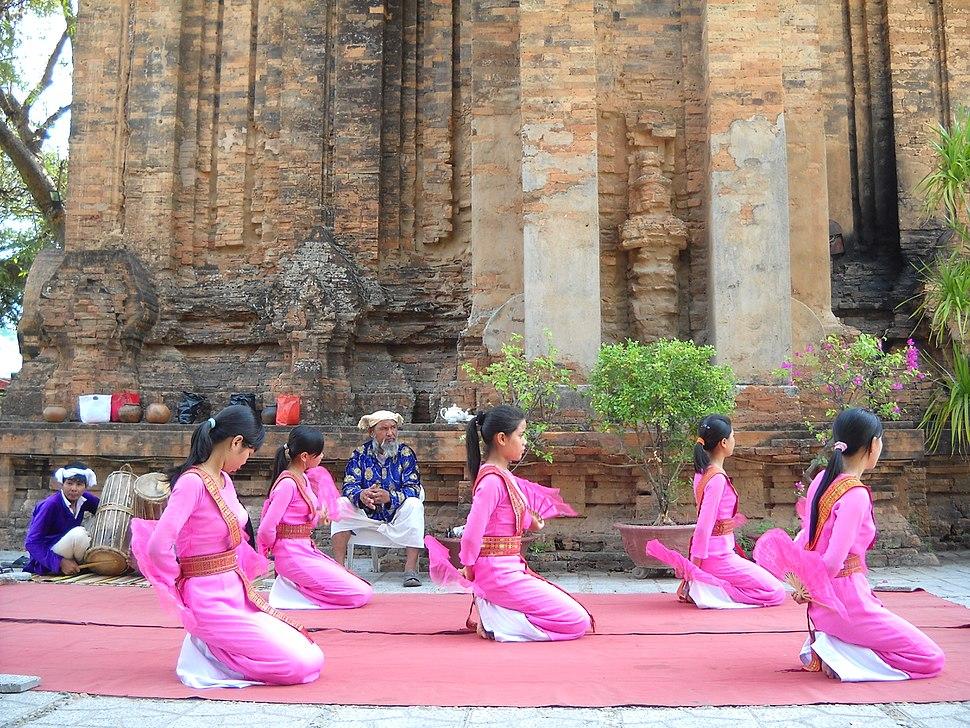 Các cô gái Chăm trong đội vũ công Phan Rang