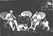 COLLECTIE TROPENMUSEUM Portret van een Indische familie met baboe in de tuin TMnr 60015969