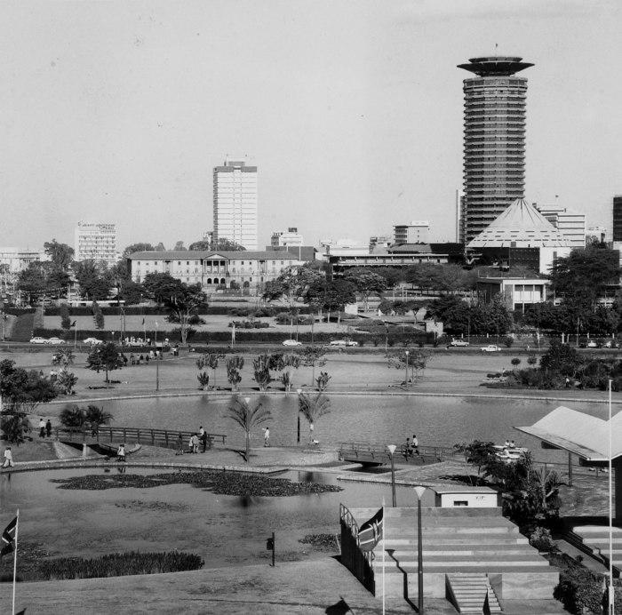 COLLECTIE TROPENMUSEUM Zicht op Nairobi met op de voorgrond het stadspark met tribune TMnr 20014416