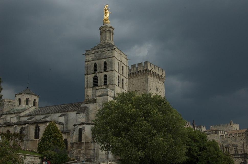 Cathédrale Notre-Dame des Doms d'Avignon sous l'orage