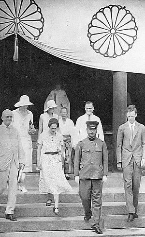 Yasukuni Shrine - Charles Lindbergh and Anne Morrow Lindbergh visiting Yasukuni Shrine (October 1931)