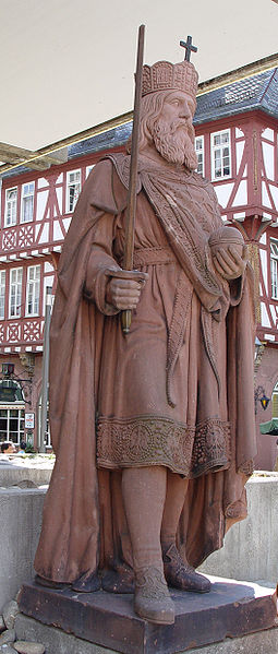 Historical Art and  Symbolism inspiration in CONAN - Page 8 255px-Charles_the_Great_-_Statue_in_Frankfurt