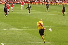 Abbiati effettua un calcio di rinvio durante la sfida tra Milan e Arsenal nella Emirates Cup 2010