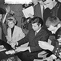 Cliff Richard , aankomst op Schiphol met Willeke Alberti tijdens persconferentie, Bestanddeelnr 916-3953.jpg