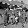 Coca Cola drinkende deelnemers Olympische Spelen, Bestanddeelnr 905-2181.jpg