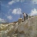 Collectie Nationaal Museum van Wereldculturen TM-20029612 Arbeiders brengen dynamietlading aan bij een steenafgraving Aruba Boy Lawson (Fotograaf).jpg