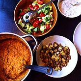 Dahl med salat stegte kartofler og dilddressing af sojayougurt.jpg