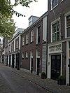 foto van Koetshuis, de gevel door pilasters geleed en bekroond met een driehoekig fronton