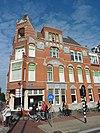 foto van Bouwblok op complexe plattegrond bestaande uit vier casco's met van oorsprong zes woningen in overgangsarchitectuur met Art Nouveau decoraties