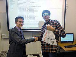 Tomasz Bladyniec wręcza nagrody
