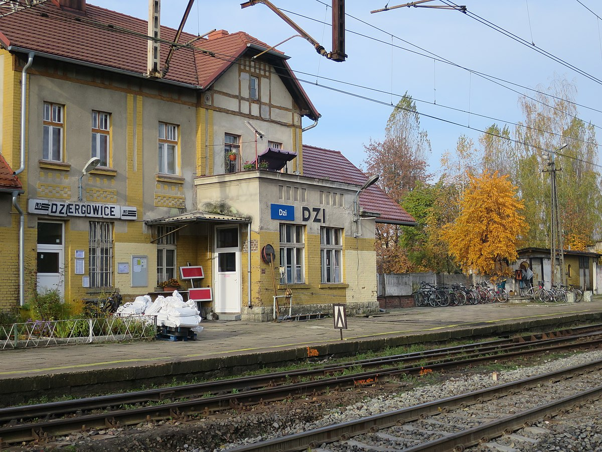 1200px-Dziergowice,_dworzec_kolejowy_(9).JPG