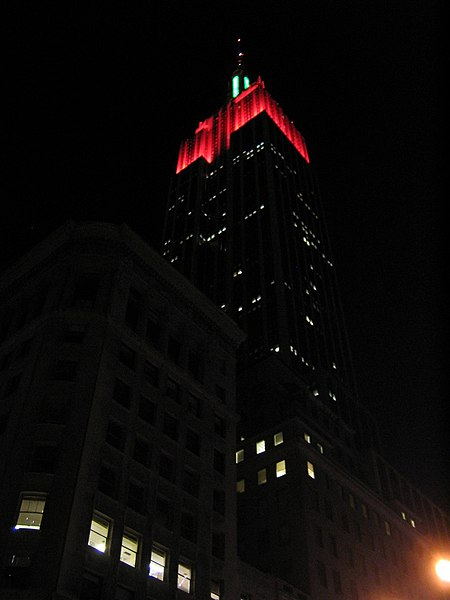 Fichier:Empire State Building at Night New York City Dec-01-2003.jpg