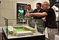 Eröffnung des Rapideums - 4 - Gemeinsames Betrachten des Modells des Hanappi-Stadions.jpg