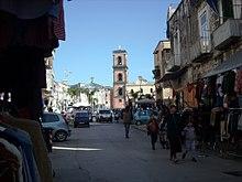 Il mercato di Pugliano (o di Resina) con la Basilica di Santa Maria a Pugliano sullo sfondo