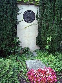 Rietschel's grave at Trinitatisfriedhof in Dresden, sculpture by Adolf von Donndorf, his disciple. (Source: Wikimedia)