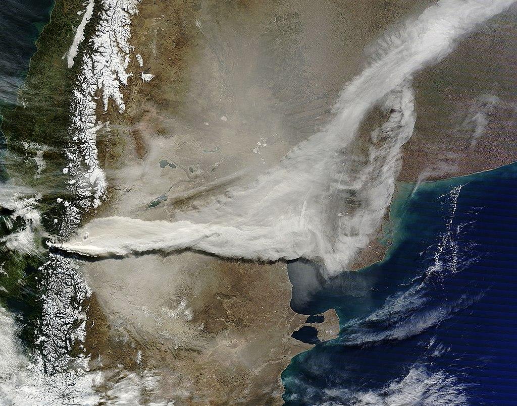 1024px-Eruption_of_Puyehue-Cordon_Caulle_volcano%2C_Chile%2C_06-13-2011.jpg
