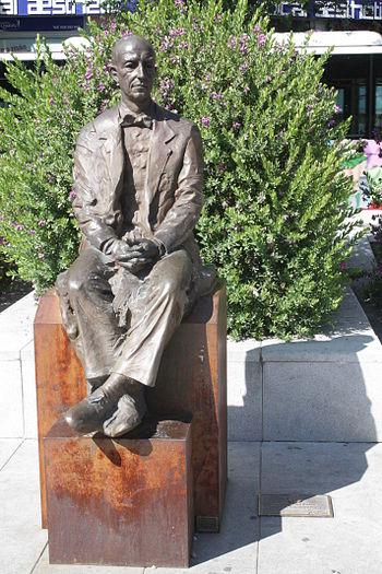 Español: Estatua de Manuel de Falla en la Aven...