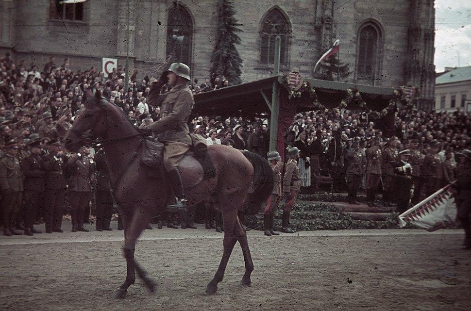 Fő tér a magyar csapatok bevonulása idején, a Szent Mihály-templom előtti emelvénynél Horthy Miklós. A felvétel 1940. szeptember 11-én készült. Fortepan 92494