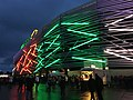 Fassade WWK Arena im Dunkeln.jpg