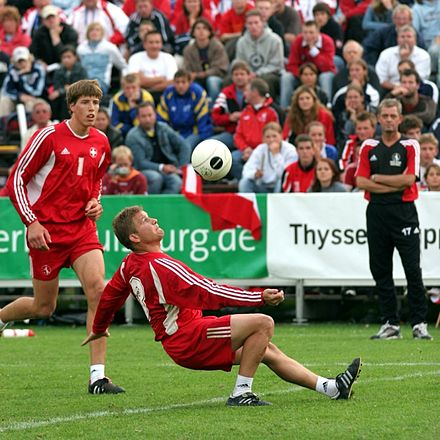 A fistballer sets the ball Faustball Zuspiel.jpg